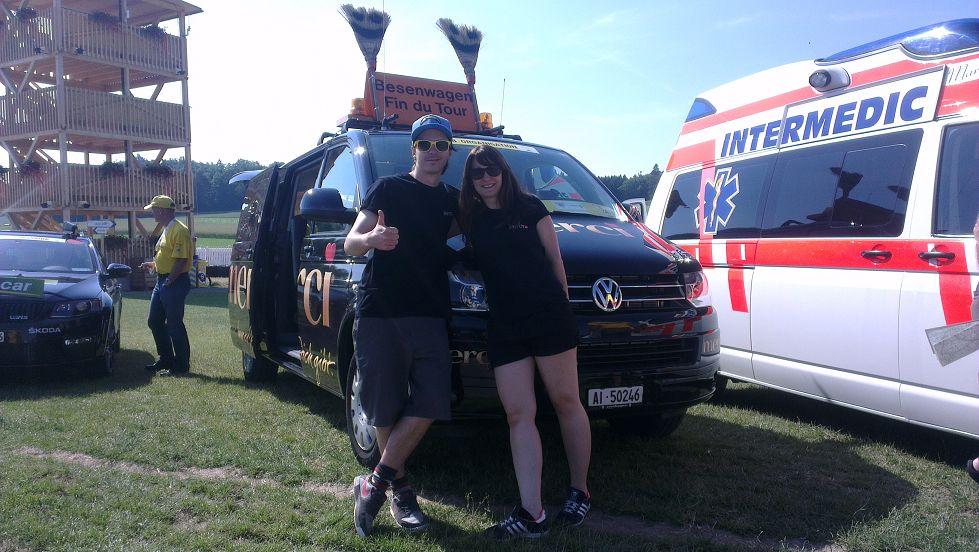 Nadine und Simon mit dem berühmten Besenwagen der Tour de Suisse.